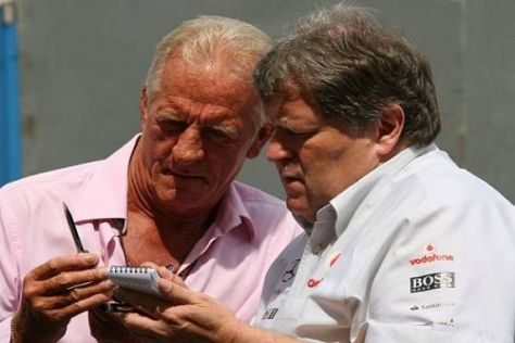 Mercedes-Sportchef Norbert Haug im Gespräch mit Jenson Buttons Vater John