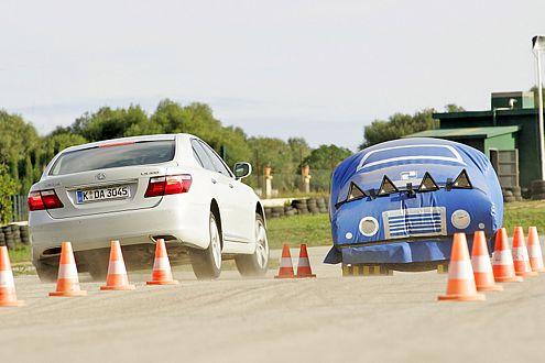 Bereits vor einem Hindernis verhärten die Luftfedern des Lexus.