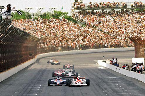 Indianapolis: Sam Hornish überholt Michael Andretti in letzter Sekunde.