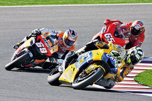 Valentino Rossi im Kurvenkampf vor Nicky Hayden und Loris Capirossi.