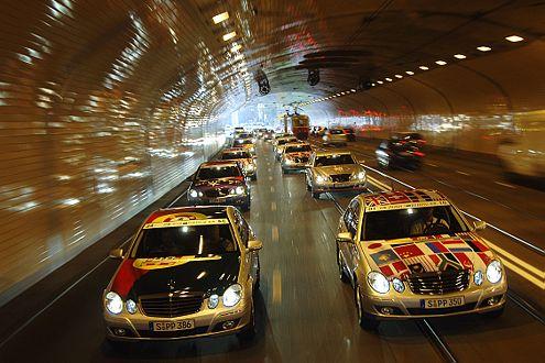 Da kommen Sie! Mercedes schickte 36 E-Klassen von Paris nach Peking. Zwei waren für AUTO BILD reserviert.