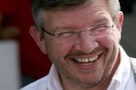 Ross Brawn hat gut lachen: Seine erste Hand liegt schon am WM-Pokal an...