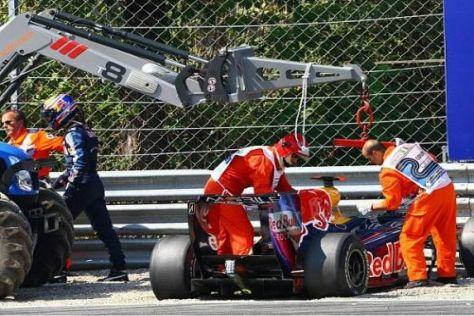 Mark Webber stapft enttäuscht durch den Kies in Monza