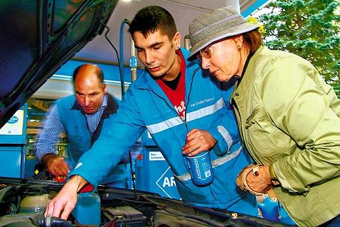 Wissen, wo der Tank ist: Bei Aral helfen Servicekräfte den Kunden.