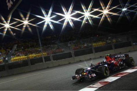 Sebastian Vettel rast durch die Nacht von Singapur - vor beeindruckender Kulisse