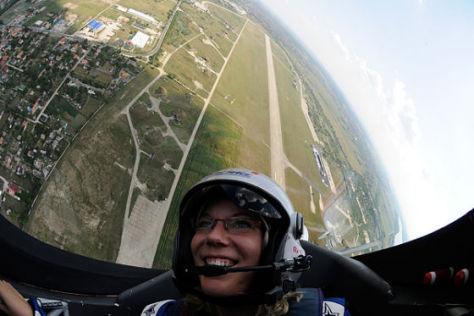 Total abgehoben: ABMS-Redakteurin Garloff bei ihrem Air-Race-Ritt