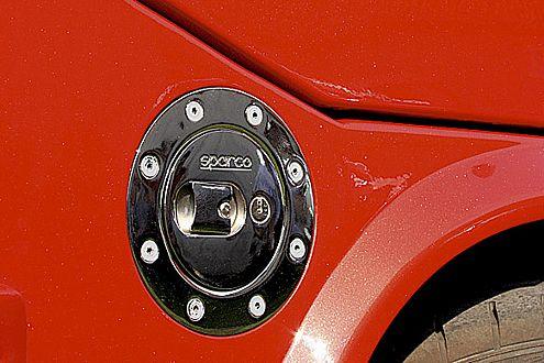 Schickes Tuning, auch im Detail: verschraubter Sparco-Tankdeckel.