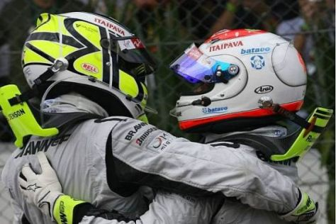 Rubens Barrichello war der erste Gratulant nach der Zieldurchfahrt Jenson Buttons