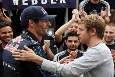 Sebastian Vettel gratuliert Teamkollege Mark Webber zum Sieg