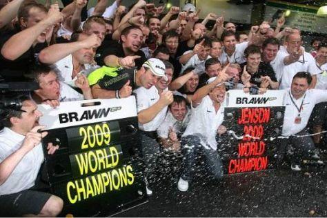 So sehen Sieger aus: Jenson Button und das Brawn-Team lassen es krachen