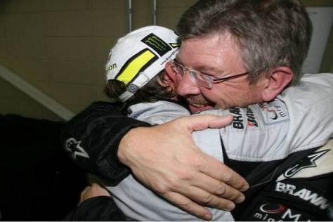 Geschafft! Jenson Button und Ross Brawn fallen sich in Brasilien in die Arme...