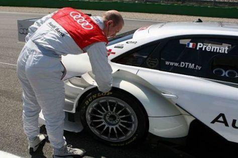 Alexandre Prémat überprüft die Temperatur seiner Reifen
