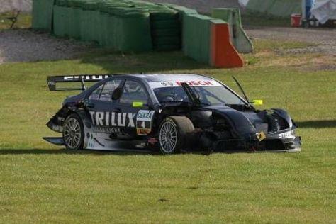 Das Ende einer Saison: Ralf Schumachers Auto ohne Haube in der Wiese