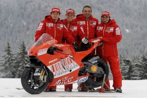 Gruppenbild mit Teamchef: Hayden, Stoner, Suppo und Guareschi