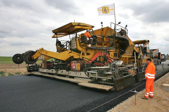 """Stau-Stellen: Ramsauer ist """"fast entrüstet"""" über das geringe Tempo, mit dem hierzulande Straßen und Autobahnen gebaut werden."""