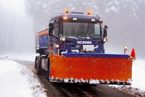 Streufahrzeug im Schneeeinsatz