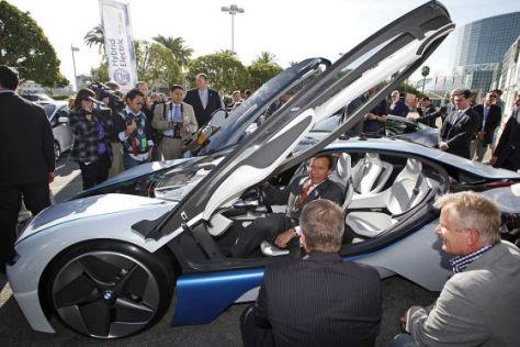 Arnold Schwarzenegger im BMW Hybrid Concept Car