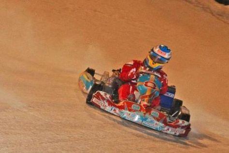 Fernando Alonso zeigte den neuen Helm beim Eiskartrennen in Italien