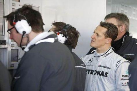 Valencia-Test: Michael Schumacher blickt skeptisch auf die Datenmonitore