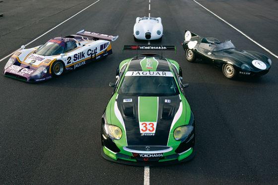 Jaguar XKR und die ehemaligen Le-Mans-Sieger XJR-9LM (l.), C-Type (h.) und D-Type (r.).