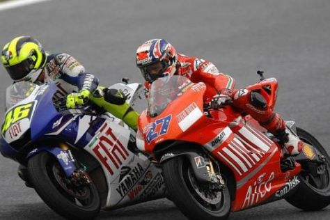 Casey Stoner (r.) war Valentino Rossi bei den Testfahrten bislang unterlegen