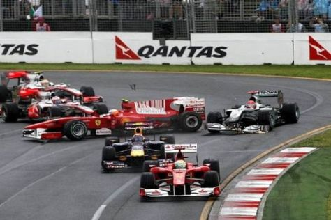 Funkenflug zum Rennstart: Michael Schumacher demoliert sich den Flügel