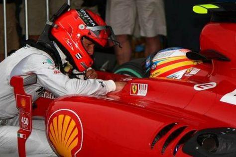 Ernstes Gespräch unter Champions: Michael Schumacher und Fernando Alonso