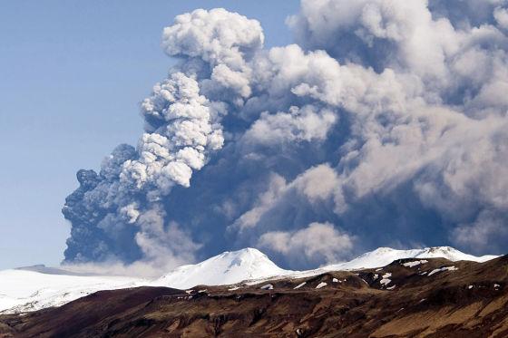 Gletscher-Vulkan Eyjafjalla legt den Flugverkehr und damit unter anderem BMW lahm.
