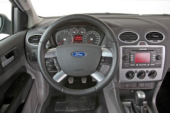Cockpit: billiger Kunststoff, aber einfache Bedienung.