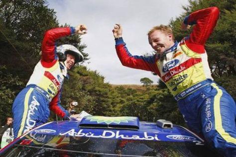 Miikka Anttila und Jari-Matti Latvala in dem Moment, als sie den Sieg realisierten