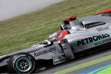 Mit der Brechstange vorbei: Michael Schumacher überholt Jenson Button