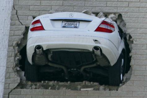 Mercedes durchbricht die Mauer eines Parkhauses im siebten Stockwerk .