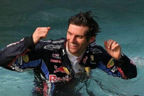 Mark Webber gönnte sich nach dem Sieg im Pool eine Abkühlung