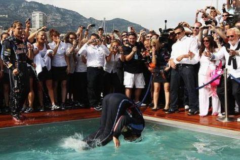 Sprung ins kühle Nass: Mark Webber feierte seinen Sieg im Swimmingpool