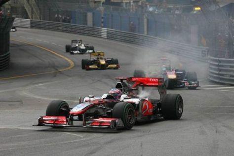Der letzte Akt: Jenson Button muss sein Auto nach Kurve eins zur Seite fahren