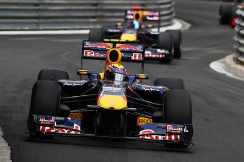 Red-Bull-Pilot Mark Webber vor seinem Teamkollegen Sebastian Vettel