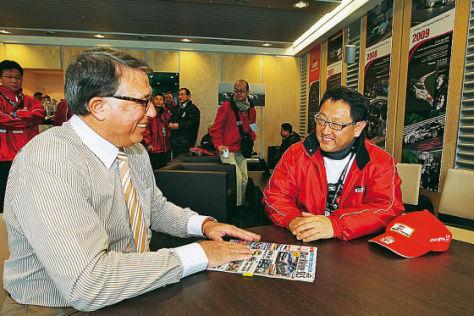 Toyota-Chef Aiko Toyoda im Gespräch mit AUTO BILD-Redakteur Joachim R. Walther