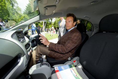 Arnold Schwarzenegger im Mitsubishi i-MiEV