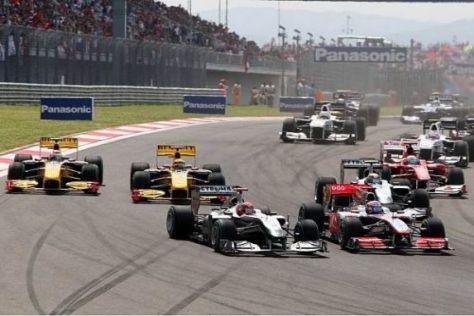 Michael Schumacher konnte beim Start an Jenson Button vorbeiziehen