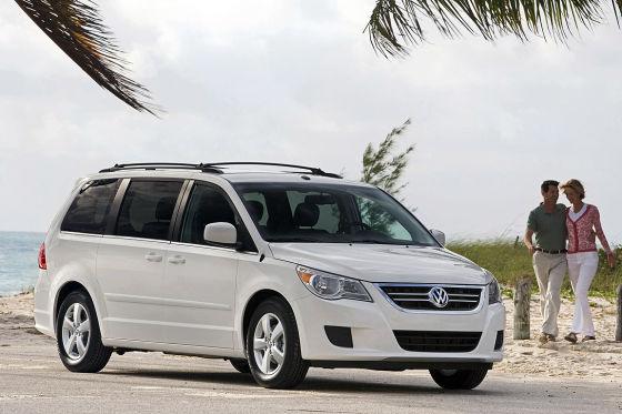 Auch VW ist betroffen: Der US-Van Routan steht auf Chrysler-Basis.