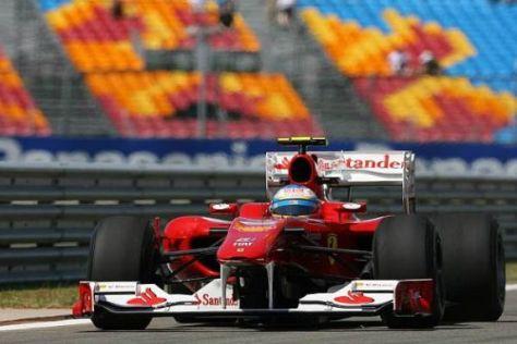 Die roten Rennwagen von Ferrari werden bis 2012 von Alonso und Massa bewegt