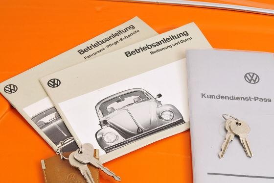 Sämtliche Papiere sind bestens erhalten, inklusive Diagnose-Lochkarten für die Werkstatt und ein Original-Serviceheft mit Händlerstempel.