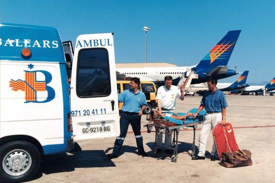 Die Auslandsreisekrankenpolice übernimmt beispielsweise die Kosten für einen Krankenrücktransport.
