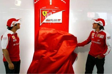 Die beiden Fahrer enthüllten in Silverstone das neue Ferrari-Logo
