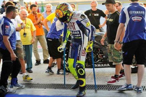 Valentino Rossi geht noch an Krücken - und will doch schon wieder Rennen fahren