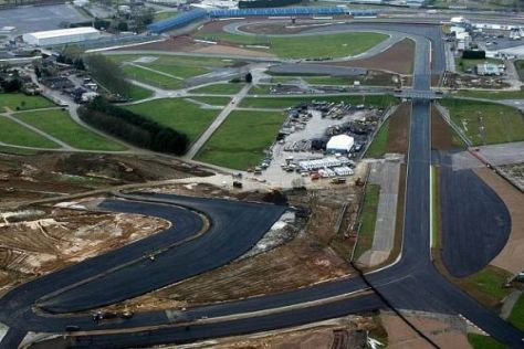 Streckenumbau in Silverstone: Rechts geht die alte, links die neue Abbey weg