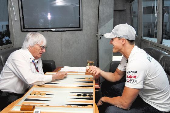 Bernie Ecclestone und Michael Schumacher spielen Backgammon