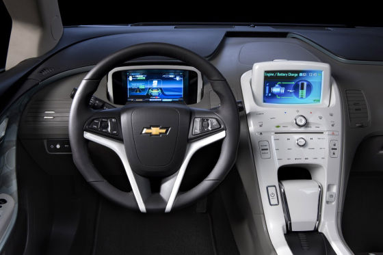 Serie an Bord: Navi mit Sieben-Zoll-Touchscreen und ein Bose-Audiosystem.