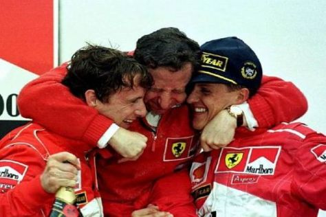 Eddie Irvine (l.) kennt sich mit dem Thema Teamorder bei Ferrari bestens aus