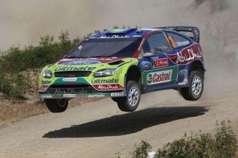 Ford-Star Mikko Hirvonen hat bei einem langen Sprung die Kontrolle verloren